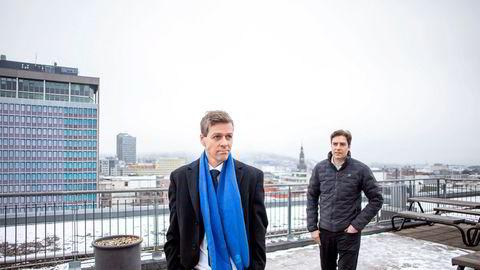 Brødrene Hareide har tette økonomiske forbindelser. Her er de to på taket til Samferdselsdepartementet, som den yngste av de to styrer.