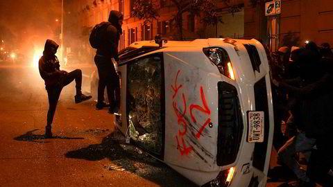 Demonstranter gikk løs på biler og satte fyr flere steder i nærheten av Det hvite hus i Washington søndag kveld.