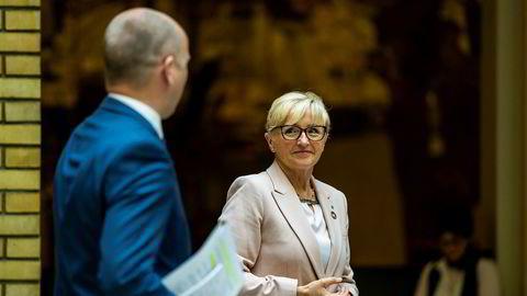 Sp-politikerne Liv Signe Navarsete og Trygve Slagsvold Vedum i Vandrehallen i Stortinget. Navarsete er blant politikerne som har vært utsatt for et digitalt dataangrep.