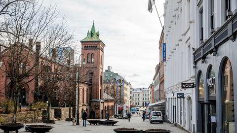 Det er en nærmest uoverstigelig oppgave å identifisere alle konsekvenser av tiltakene, enn si tallfeste dem, skriver Ivar Sønbø Kristiansen i innlegget. Karl Johans gate i Oslo er vanligvis tettpakket i morgenrushet.