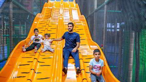 Yasin Mercan besøker Leos lekeland med datteren Hilal Mercan og nevøene Yusuf og Emir Mercan.