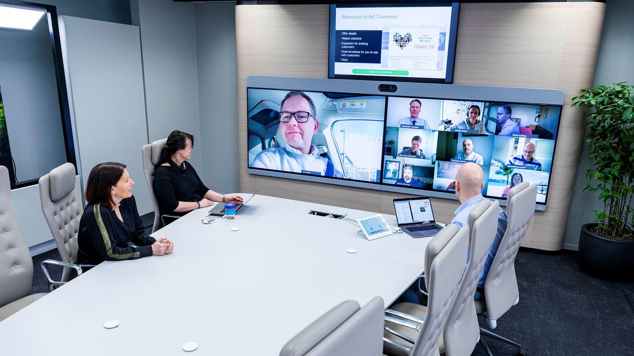 Administrerende direktør Trine Strømsnes (til venstre) i Cisco Norge under møte i ledergruppen. På det store bildet på skjermen følger Terje Olsen med fra sin bil.