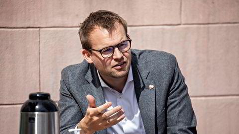 Forbrukerminister Kjell Ingolf Ropstad (KRF) kan ikke svare på om Reisegarantifondet vil dekke forbrukernes krav knyttet til koronakanselleringer dersom reisearrangøren senere går konkurs.