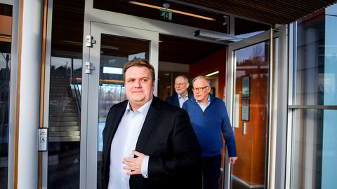 -  Jeg er sterkt uenig med dommen, sier administrerende direktør Lars Ryen Mill i Chilimobil til Venstre. Bak ham går hovedaksjonær  Egil Skibenes og styreleder Jan Edvard Thygesen.