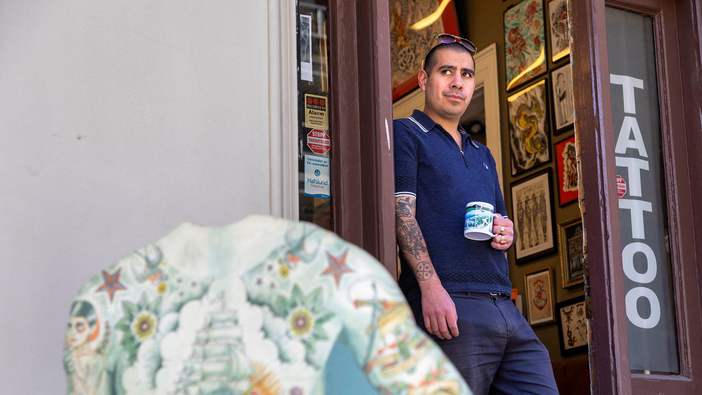 Dinson Purcell venter på at kundene skal komme tilbake til hans tatoveringsstudio sentralt i Oslo.