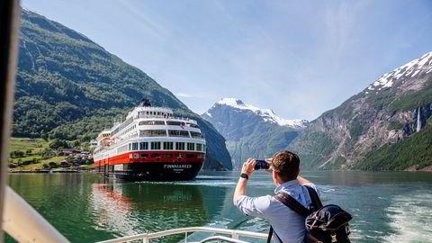 Tyske reiselivsoperatører frykter det vil bli vanskelig å selge Hurtigruten til tyske turister i kjølvannet av koronaskandalen. Her fotograferer konsernsjef Daniel Skjeldam en av selskapets båter i Geiranger tidligere i sommer.