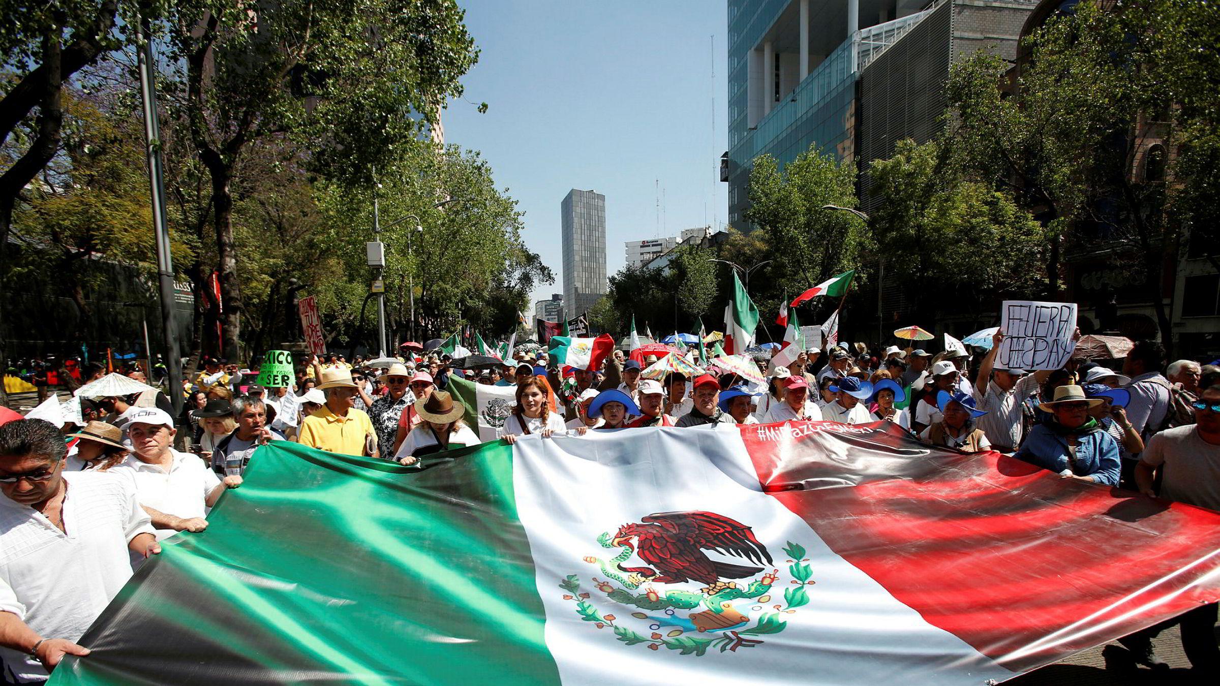 Mexico svarer på USAs tolløkning. Bildet er fra en tidligere protest mot Donald Trumps grensemur.
