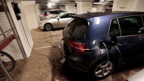 Lovforslaget betyr at borettslag i fellesskap kan tvinges til å ta regningen for oppgraderinger av strømnett og ny infrastruktur for at elbileiere skal kunne lade i fellesgarasjer. Foto: Lise Åserud / NTB
