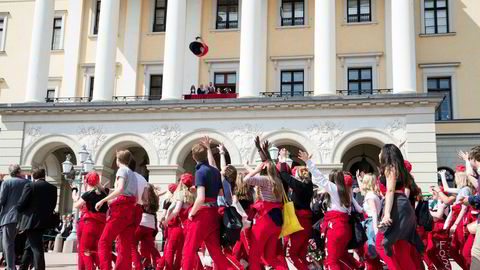 Så snart russetiden er unnagjort, flytter norske gjennomsnittsbarn hjemmefra. Lav ledighet og studier langt fra hjemmet er blant årsakene til tidlig flytting. Her er russen på slottsplassen 17. mai.