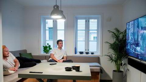 «Ung-rush» til boligmarkedet. Førstegangskjøper og elektriker Sander Lundvang (20) til høyre, var den første i vennegjengen til å kjøpe bolig. Her sammen med kameraten Bjørn Paulsen i leiligheten i Bergen.