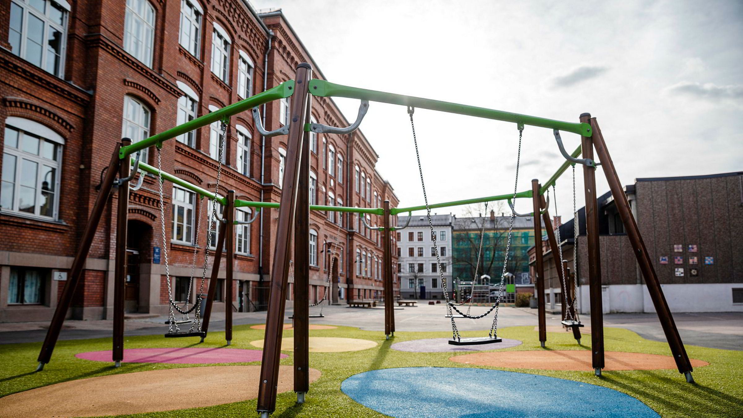 Stengte grunnskoler og barnehager er kostbart, ikke bare økonomisk fordi arbeidstagere må passe barna sine, men også sosialt. Her fra Vahl i Oslo.