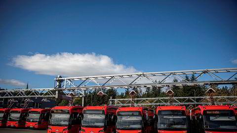 Det er busstreik i Oslo og Viken. På bildet står elektriske busser parkert på ladestasjon på Alnabru.