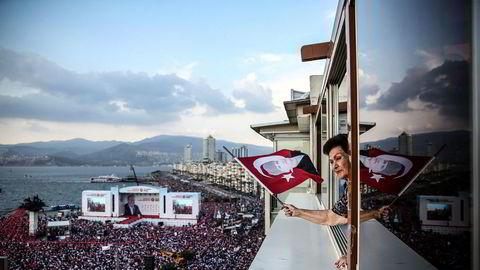 Tusenvis av støttespillere til opposisjonspolitikeren Muharrem Ince samlet seg torsdag i den tyrkiske byen Izmir. De håper at Ince søndag vil vinne presidentvalget mot Recep Tayyip Erdogan.