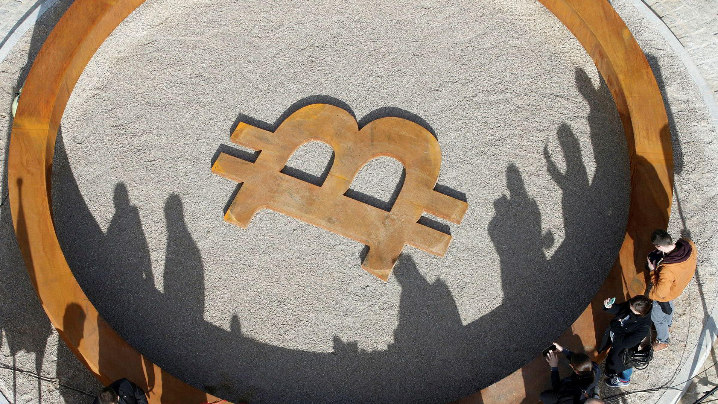 Personer samles for å se på åpning av verdens første offentlige bitcoinmonument i Kranj i Slovenia.