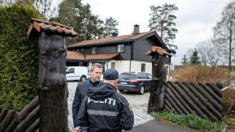 Politifolk, etterforskere, åstedgranskere og søkehunder gjør undersøkelser i Hagens bolig på Lørenskog tirsdag morgen.