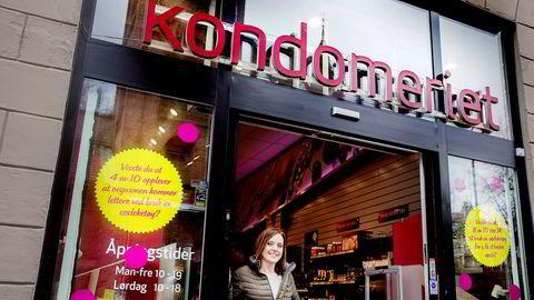 Daglig leder Bente Helstad i Kondomeriet utenfor selskapets butikk i Karl Johans gate. Bildet er fra 2016.