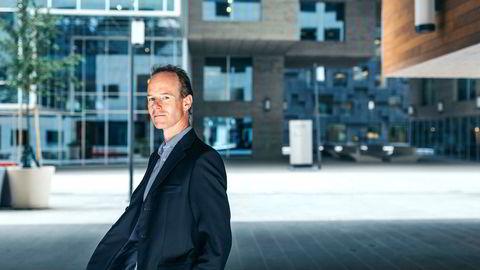 Aksjestrateg Paul Harper i DNB Markets utenfor DNBs hovedkontor i Bjørvika.