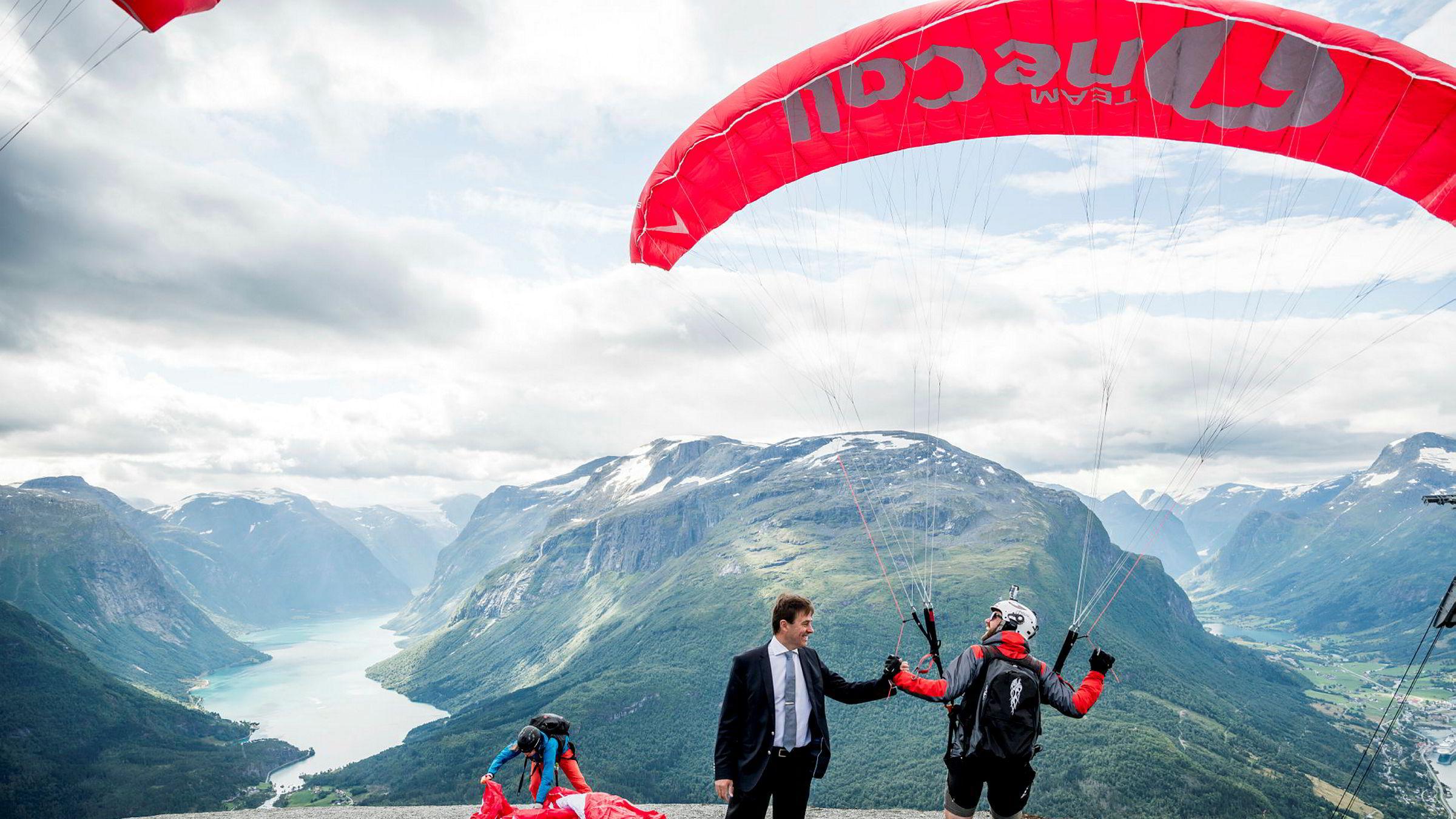 Richard Grov på toppen av fjellet Hoven. Pendelbanen går fra fjorden til 1011 m.o.h. og er populær blant hoppere. Speedflyer Morten Knapstad (til høyre) har hoppet i 16 år og er strålende fornøyd med heisen, som gjør at han får hoppet 10–12 ganger i løpet av en dag.