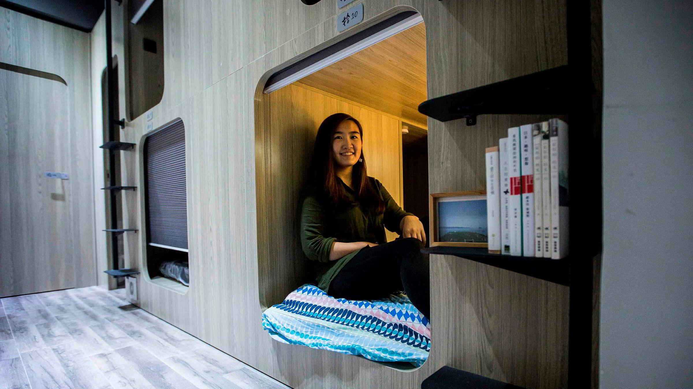 Det er blitt svært vanskelig å komme seg inn på boligmarkedet i Hongkong. Små leiligheter koster 20 årslønninger. Svaret for mange er knøttsmå hybler.
