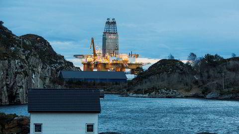 Dette handlar ikkje om eit val mellom fossil industri og nye klimavenlege næringar, men om den sikraste og raskaste vegen over til det nye. Oljeplattformen «Deepsea Atlantic» er nå satt i drift på Johan Sverdrup-feltet.