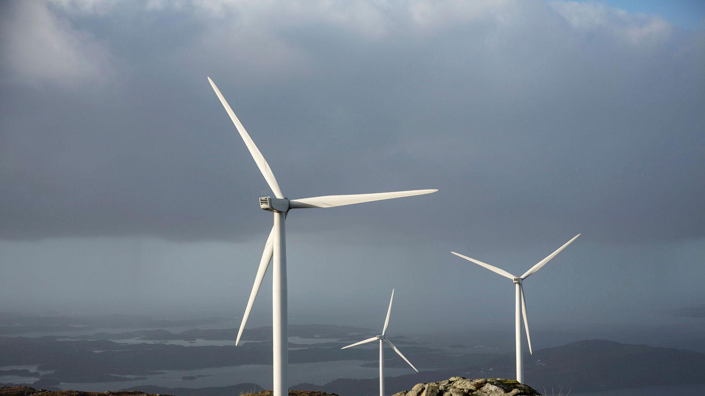 Midtfjellet vindpark på Fitjar har 55 vindturbiner og er fremdeles en av de største vindparkene i landet. Parken har vært i drift siden 2013.