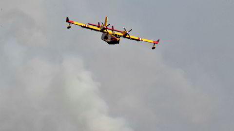 Et italiensk brannbombefly deltar i slukkingen på Älvdalens skytefelt. Nå har svenske myndigheter også tatt i bruk et svensk jagerfly.