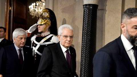 Italias president Sergio Mattarella (midten) nektet søndag å godkjenne EU-kritiske Paola Savona som finansminister for en allianseregjering mellom den populistiske Femstjernersbevegelsen og sterkt høyreorienterte La Lega.