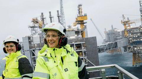 I valgkampen kalte Frp-nestleder Sylvi Listhaug vindkraft for «svineri». Nå er hun blitt olje- og energiminister og er kommet på andre tanker. Her på Johan Sverdrup-feltet med Stavanger-ordfører Kari Nessa Nordtun (til venstre).
