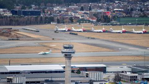 På Trondheim lufthavn Værnes står en rekke Norwegian-fly parkert ved rullebanen. Norwegian vil kvitte seg med inntil 60 fly etter koronakrisen.