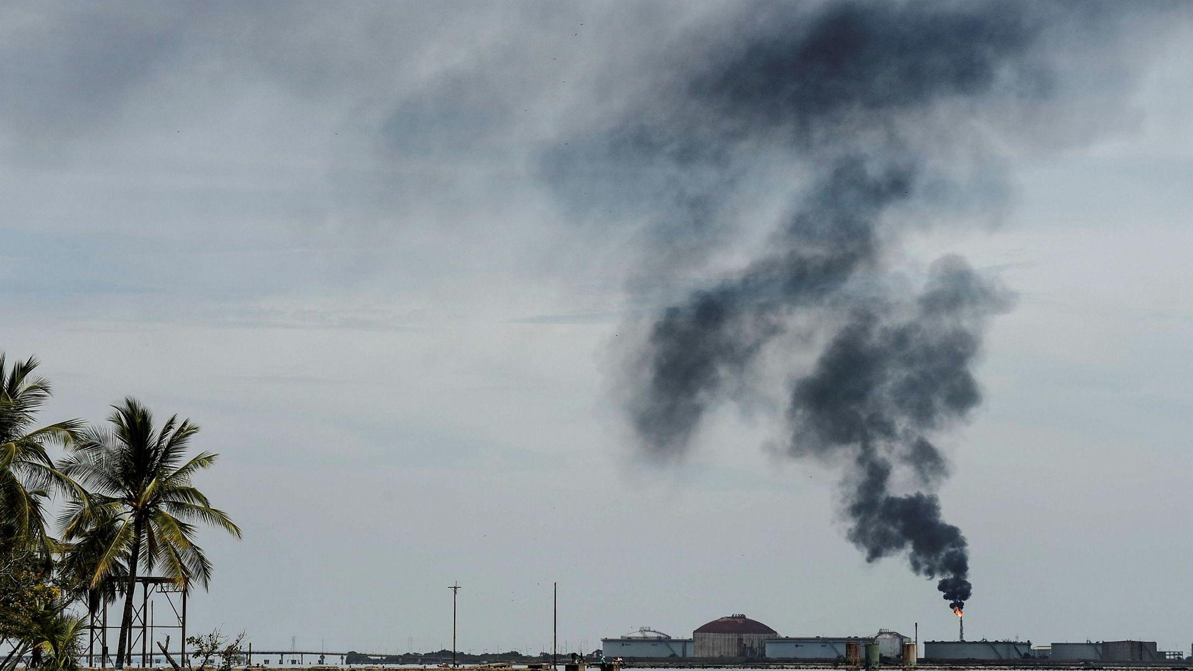 Oljeprisen stiger på ny uro i Venezuela. På bildet et oljeraffineri i Maracaibosjøen i Venezuela.