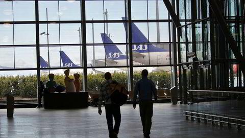 De fleste SAS-flyene står på bakken, og mange blant kabinpersonalet har fått varsel om oppsigelse. Hvis de sier ja til å gå på dagen, kan dagpenger fra Nav komme i fare. Her fra Oslo lufthavn.