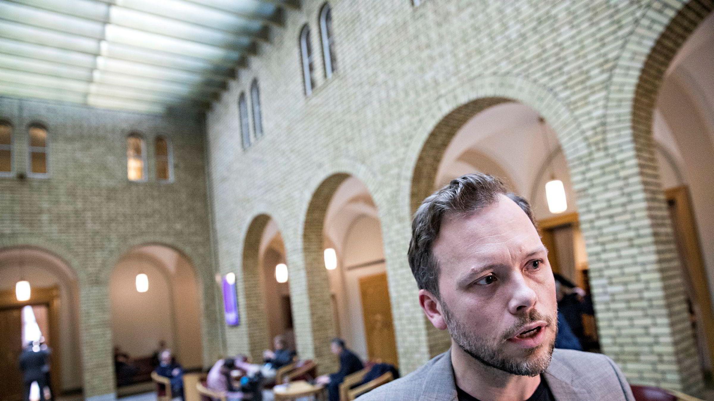 SV-leder Audun Lysbakken mener regjeringen lar oljeselskapene snike seg forbi demokratisk kontroll.