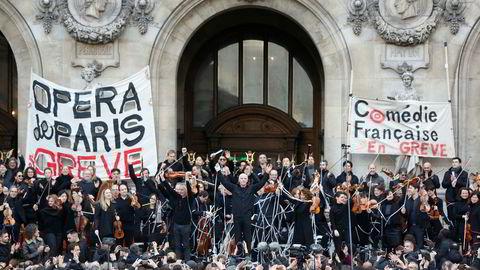 Streikende operamusikere har holdt forestillinger utendørs i byen for å vise støtte til streiken i offentlig sektor. Streiken har kostet operaen nær 150 millioner kroner i tapte billettinntekter. Foto: Thibault Camus / AP / NTB scanpix