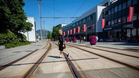 Toppsjef Jannicke Hilland i kraftselskapet BKK mener utslippskravene i fjordene må holdes like strenge etter koronakrisen – for å få ned utslippene fra blant annet cruisenæringen. Her i bybanetraseen på Nesttun i Bergen.