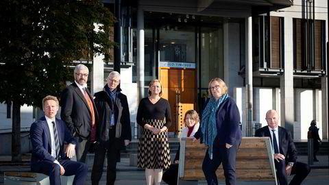 Et knippe av advokatene som roper varsko mot planen om å innlemme Oslo byfogdembete i Oslo tingrett møttes foran Oslo tinghus. Frank C. Aase (fra venstre) i advokatfirmaet Brækhus, Håvard Wiker i Ro Sommernes, Morten Hauge i advokatfirmaet Rime, Anne Helsingeng i Bull & Co, Stine Snertingdalen i Kvale, Siv Sandvik i advokatfirmaet Schjødt og Egil Hatling i DLA Piper.