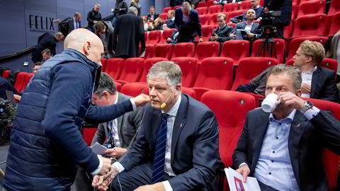 Norwegian-sjef Jacob Schram (i midten) er klar til å legge frem tall for fjerde kvartal 2019. Til venstre for ham sitter finansdirektør Geir Karlsen og til høyre sitter Tore Østby, direktør for strategisk utvikling.