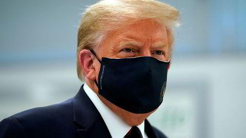 President Donald Trump er omsider en av mange som benytter seg av ansiktsmaske for å få bukt på korona-spredningen. Det skaper problemer for USAs politi.