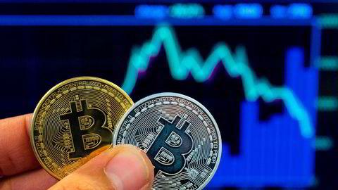 Bitcoin er ikke, slik bildet antyder, en fysisk valuta. Den digitale enheten har likevel verdi, noe svindlere har fått med seg.