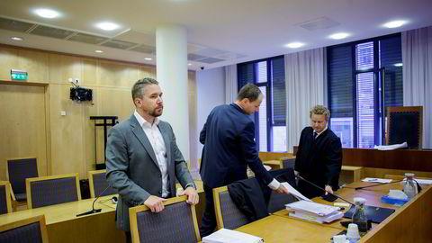 Erling Løken Andersen, talsmann for de 474 tidligere Westerdals-elevene som saksøkte skolen. Her med advokatene Lars Tormodsgard og Morten Hugo Berger i Steenstrup Stordrange.