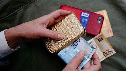 Norges Bank kraftige rentekutt har sendt innskuddsrentene ned mot null. Skal du gå over til kontanter?