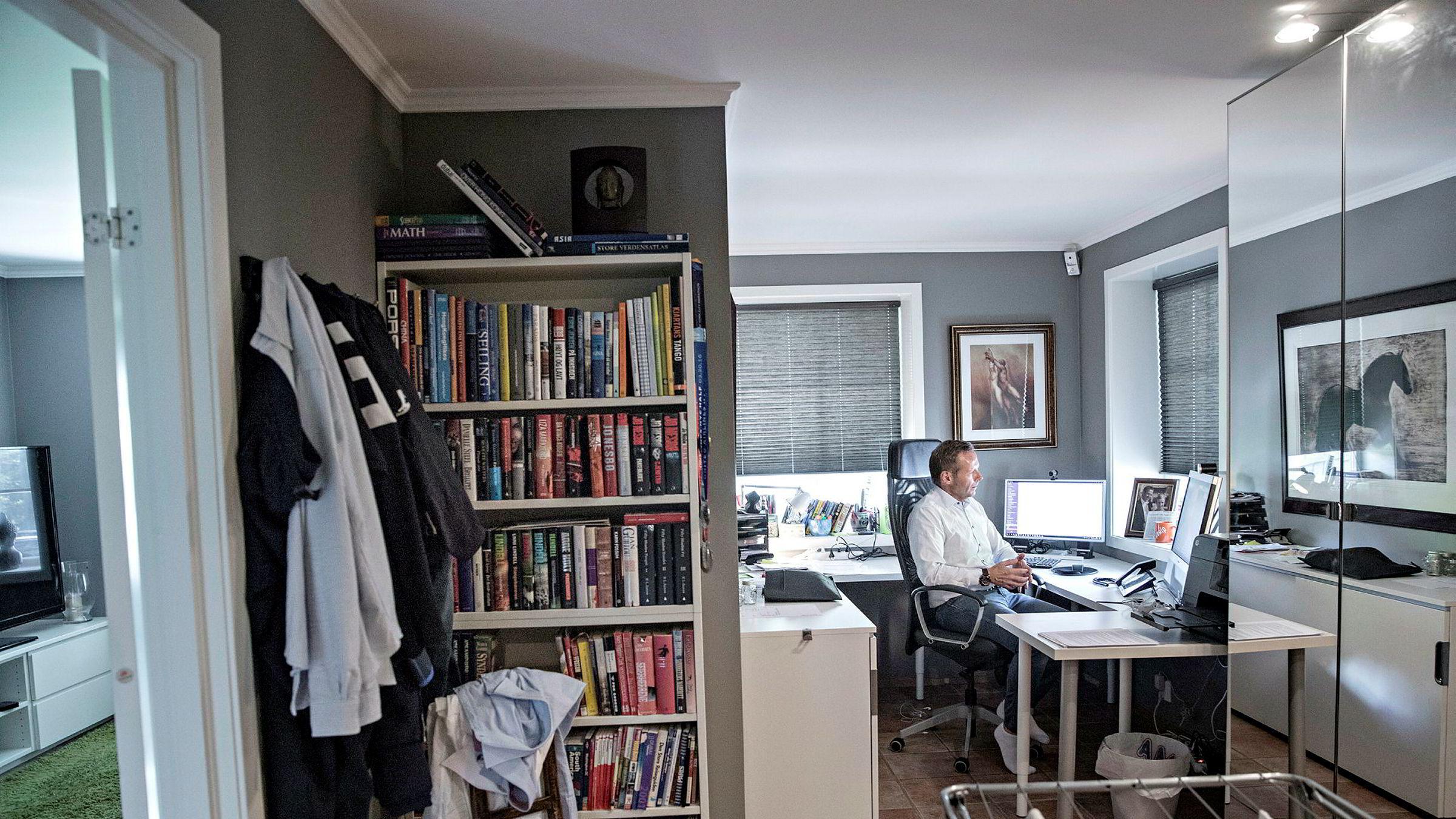 Daglig leder Åsmund Olav Fodstad har hjemmekontor i Nittedal, men bruker sin egen videoløsning Pexip til å slå av en prat med sin franske utviklingsansvarlig Nico Cormier på kontoret i Oslo. Eller forretningspartnere i Singapore og USA.