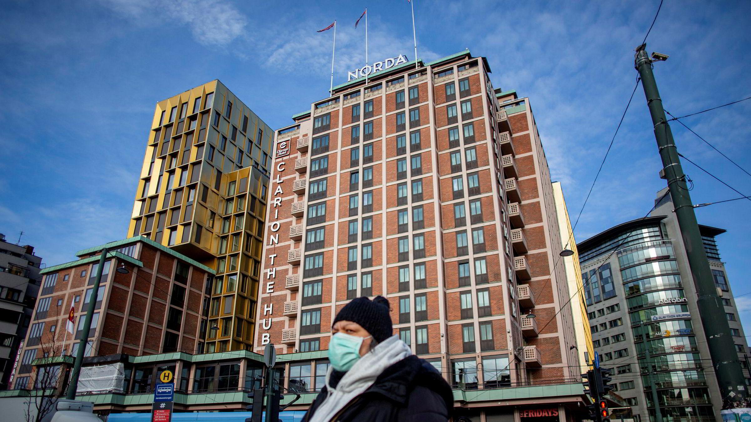 I Oslo, her fra Jernbanetorget med storhotellet Clarion Hotel The Hub i bakgrunnen, gikk salget av hotellrom ned med over 84 prosent i påsken.