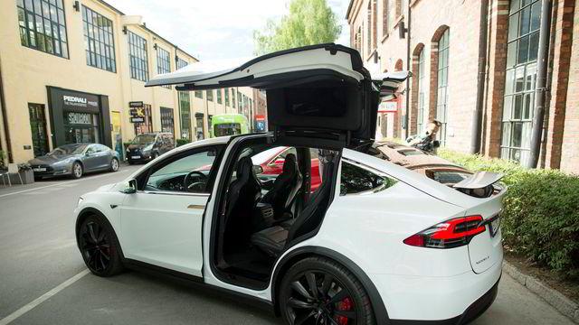 Nå må Tesla-eiere betale for parkeringen på kommunale plasser i Oslo
