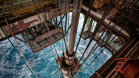 Oljeprisen falt markant mandag morgen.