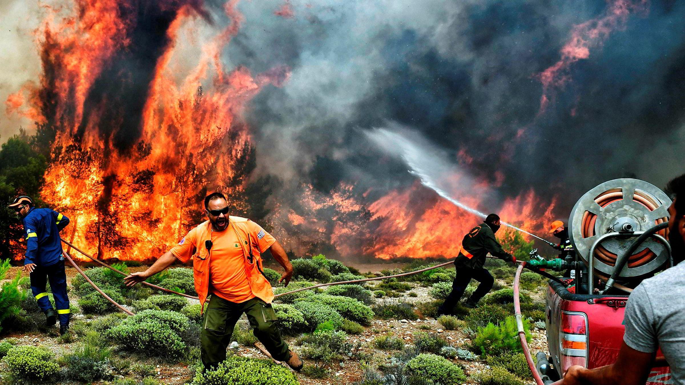 Den greske diskusjonen er i gang om hvordan brannene kunne bli så dødelige, og det er fremholdt at både rømningsruter og tilkomstveier var blokkert av bygninger som var reist ulovlig uten plan og byggetillatelse.