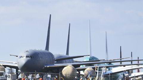 Militære KC-46-tankfly bygget av Boeing oppstilt på flyplassen Paine Field i Everett i delstaten Washington. Boeings sivile virksomhet er hardt rammet av pandemien, og selskapet solgte ikke et eneste passasjerfly i april.