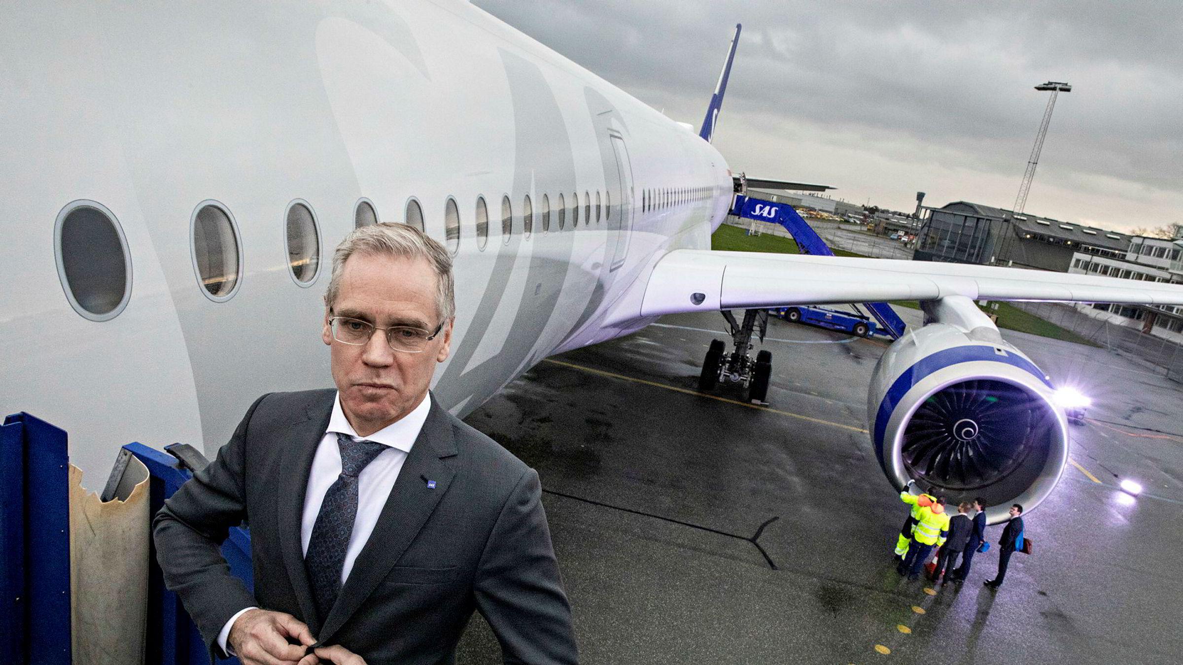 SAS-sjef Rickard Gustafson fikk en oppsving i trafikken og prisene i desember. Her foran selskapets nye langdistansefly Airbus A350 i København før jul.