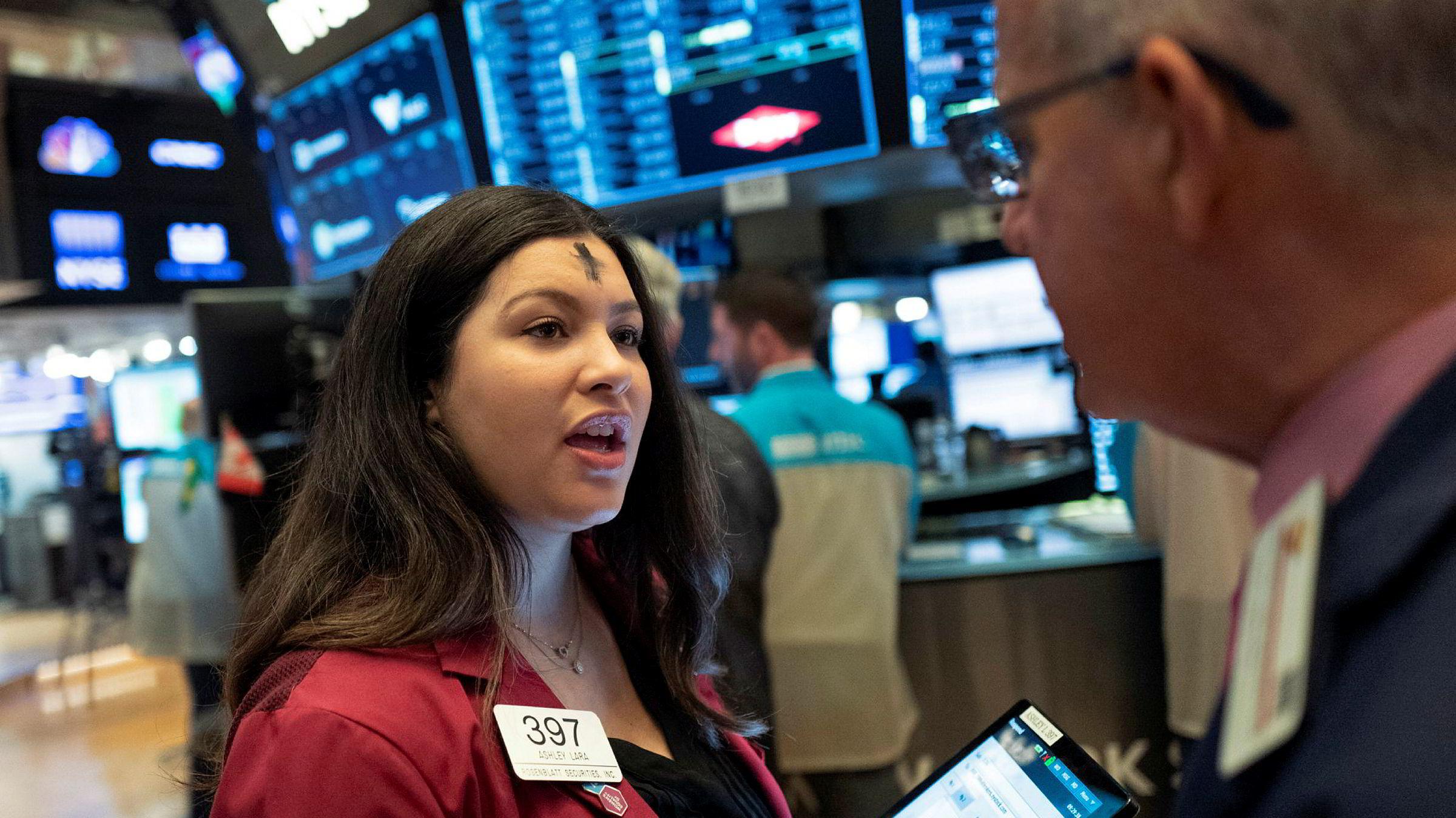 Frykten har bitt seg fast på Wall Street. Her er aksjemegler Ashley Lara i sving på New York-børsen (Nyse) onsdag.