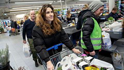 Dagligvareprisene har steget langt mer enn andre varer og tjenester. Her er Kristine Bækken på Rema 1000 Lambertseter i mars da dagligvarehyllene ble tømt.