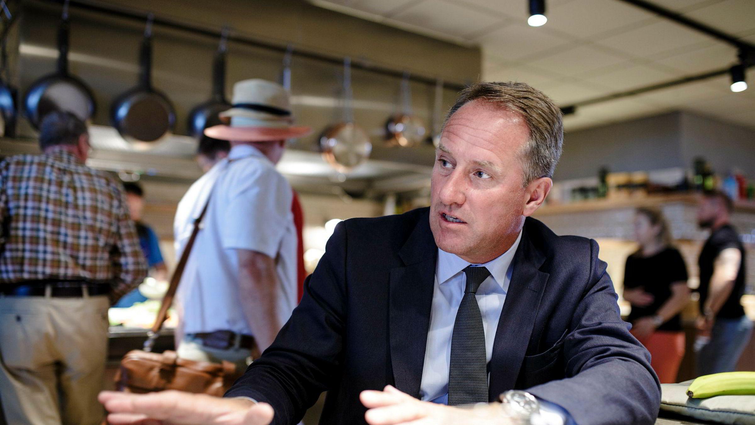 SAS' visekonsernsjef og operative direktør Lars Sandahl Sørensen var blant sommerturister i SAS-loungen på Gardermoen torsdag. Han varsler flere kanselleringer grunnet pilotmangel, men jobber med et nytt og bedre tilbud for de flyvende ved nye baser i utlandet.